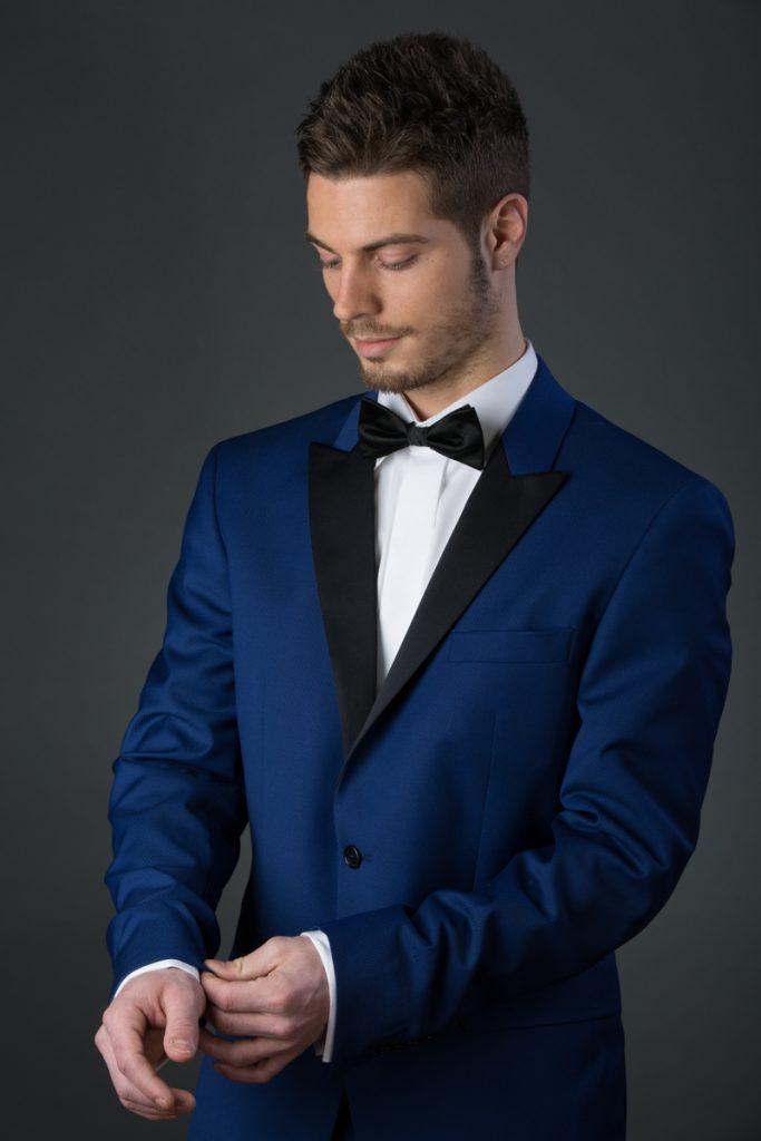 Mannequin en costume bleu qui repositionne sa manche